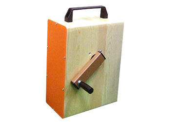 木製手回し発電機「発電木」