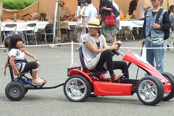 ペダルを漕いで発電した電力で走行できるユニークな乗用遊具です。(人力発電ゴーカート、漕ぐウェイ)