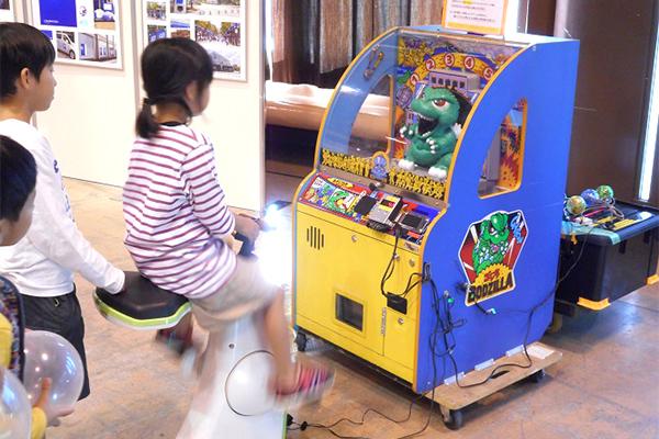市販のアーケードゲーム機や玩具、当工房で製作した玩具を人力発電で動かせます。