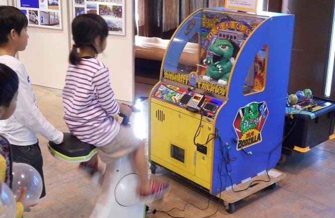市販のアーケードゲーム機や玩具、当工房で製作した玩具を人力発電で動かします。