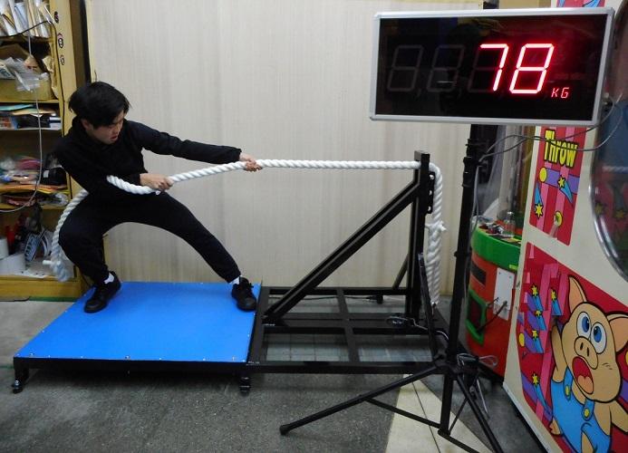 在庫:2台。省スペースで安全に綱引きのパワーが測定できる装置です。チームで参加頂き、各自の合計パワーで勝敗を決めれば蜜にならずに綱引き大会ができます。